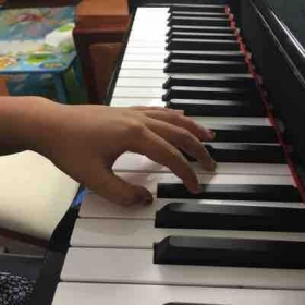 Piano lessons at student's home Let's make a good hand shape!