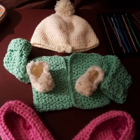New born Cardagin hat and matching booties