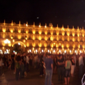 La plaza mayor en Salamanca, Espana por la noche. 