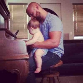 Hey dad ! Watch me play piano!