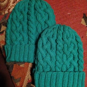 Have you made hats before, or maybe you've cabled before, but never both together? This is a great pattern to learn.