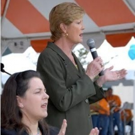 Interpreting for University of Tennessee Lady Volunteers former head basketball coach Pat Summit.