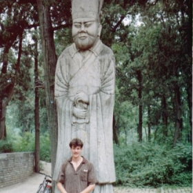 In front of a statue of Confucius in Qu Fu, Shandong. 在山东曲阜的孔子像前面。