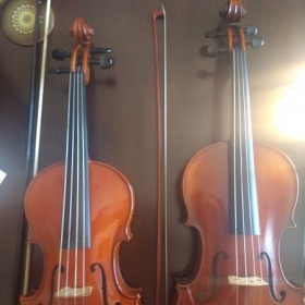 "Size comparison between 15"" (left) and 16"" viola (right). The 15"" could comfortably be played with a 24.9-25.6"" arm length (left arm)."