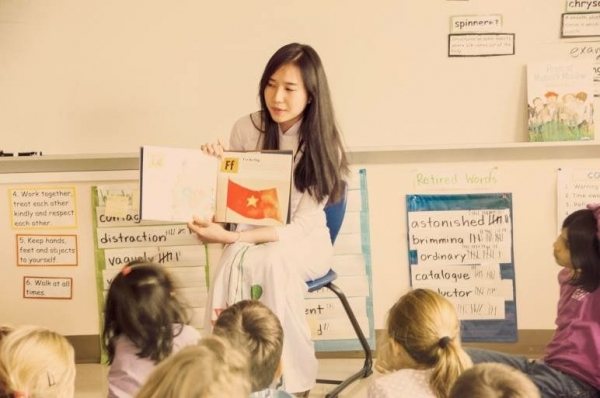 Introducing Vietnam to student from an elementary school.