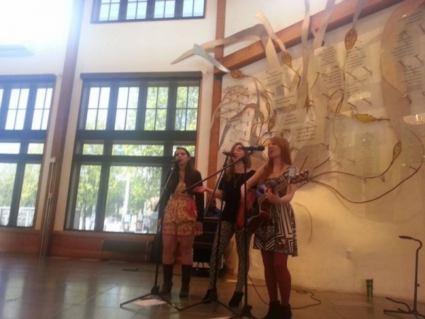 Vocal trio performs at Seattle Aquarium