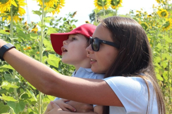 Showing some berries to a kid during our farm field trip.