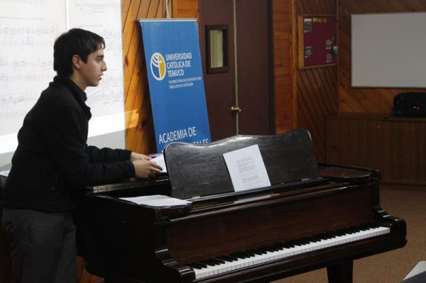 Claudio lectures on Piano Technique, discussing three authors, at Catholic University of Chile
