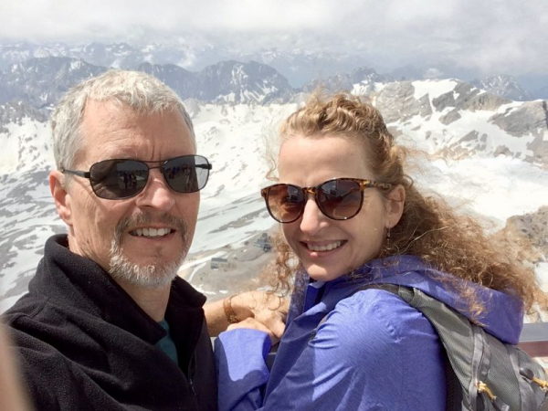 On top of the world: Celebrating our wedding anniversary am Gipfel der Zugspitze.