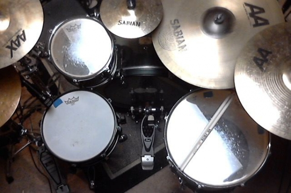 Home kit. Pearl Export with Pork Pie Lil' Squealer snare, Sabian cymbals and Remo heads.