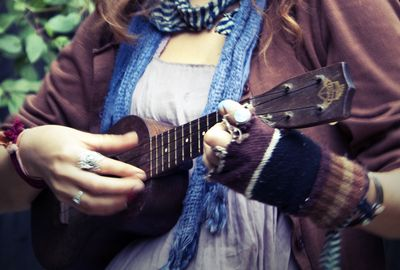 PX2ZM25LRL7Q5BR836MQ_Girl_with_an_amazing_voice_and_an_ukulele
